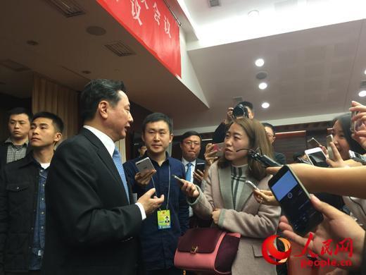 山西省长李小鹏在十二届全国人大四次会议山西省代表团开放日活动结束后接受媒体采访。(人民网记者 王溪摄影报道)