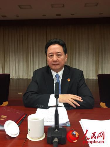 山西省长李小鹏在十二届全国人大四次会议山西省代表团全体会议上接受中外记者采访。(人民网记者 史江民 摄影)