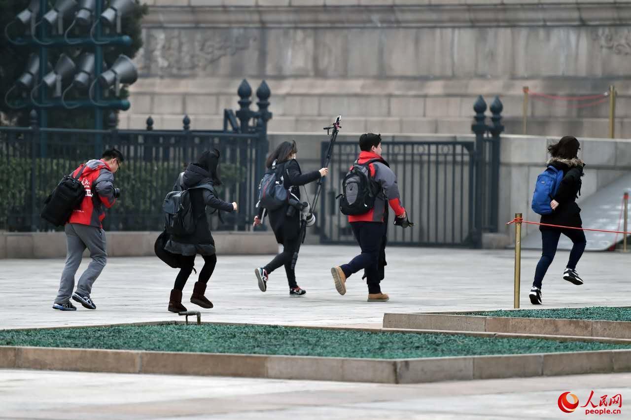 记者们跑步安检入场,抢占会议有利座位。(人民网记者翁奇羽 摄)