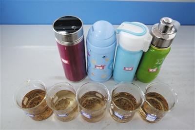 不同保温杯泡出的茶水颜色呈现出不同的深浅度。