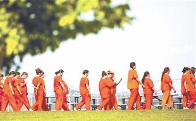 揭秘美国最大女子监狱腐败真相:无处不在的侮辱