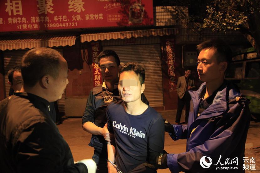 民警成功将犯罪嫌疑人普某抓获 摄影:钱精明