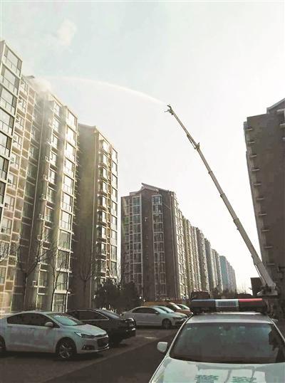消防人员架起云梯进行喷水灭火 本版供图/杨女士