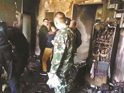 事发后,消防人员进入火灾现场查勘