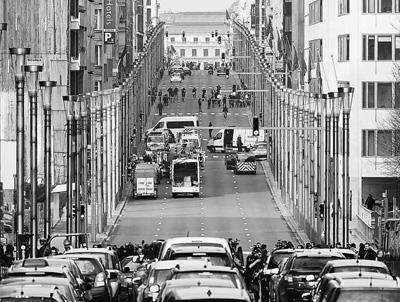 3月22日,在比利时都城布鲁塞尔,营救职员战争安职员在发作爆炸的马埃勒贝克地铁站外事情。