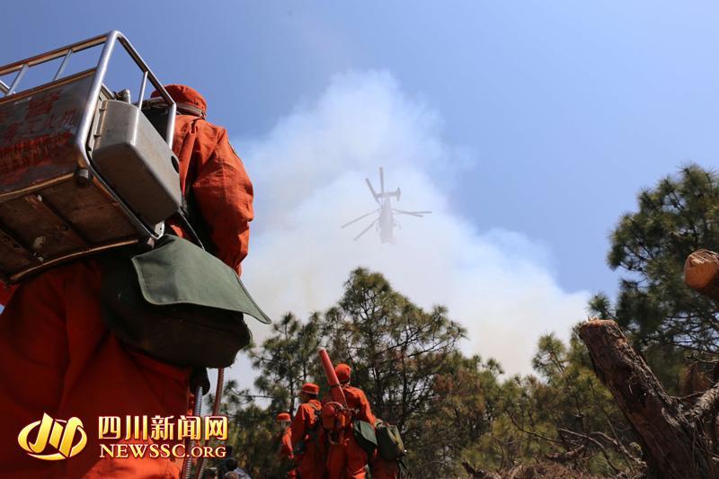 3月20日,武警凉山森林支队官兵在冕宁县泸沽镇王家祠村火场扑救森林