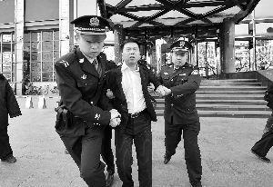 北京同一首歌餐饮娱乐公司因拖欠北京视点科技有限公司200余万案款不还,并拒绝履行生效的裁决书,被视点科技公司向一中院申请了强制执行。昨天上午,执行法官和法警等十余人来到同一首歌公司进行了搜查,将公司财务室的三个保险柜进行了查封,而公司的行政总监因不配合执行工作,被给予司法拘留。