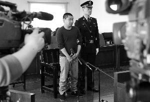 21岁的本市刑满释放男子李智豪,以购买二手车为名将车主约出,后在试车过程中将车开跑,并在其中一名车主追赶时持枪威胁。为抗拒抓捕,他还在三里屯闹市区连撞数辆车后弃车逃匿。昨天上午,李智豪被控抢夺罪、抢劫罪和以危险方法危害公共安全罪在朝阳法院受审。