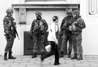 当地时间3月23日,军人在比利时首都布鲁塞尔市中心街头值守。新华社发