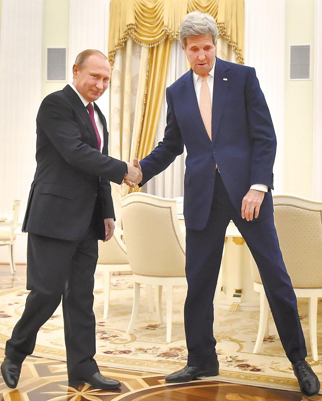 当地时间24日,俄罗斯总统普京与来访的美国国务卿克里举行会晤。
