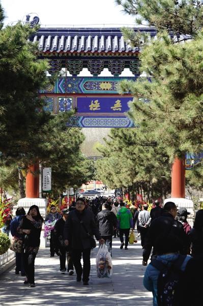 昨日,从八宝山人民公墓大门进入的祭扫人群。当天,北京迎来清明节扫墓的首个小高峰。
