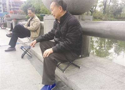 成都多家公园座椅设置未达标 市民进园自带板凳