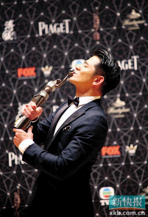 [热点新闻]郭富城拿金像奖影帝奖杯赞对手:他们都是很优秀的