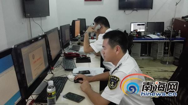 洋浦海事局指挥中心工作人员正在制定明天的搜救方案 见习记者 杨柳