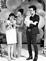 """[热点新闻]章子怡晒醒醒百日宴照片葛荟婕质问""""我女儿哭什么"""""""