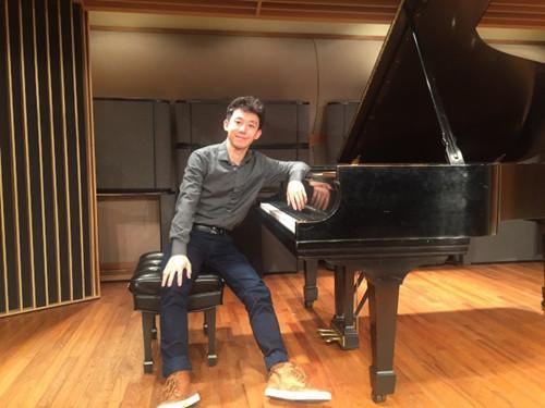 杨芳穟原本是工程师,转行钢琴演奏。(美国《世界日报》/李荣