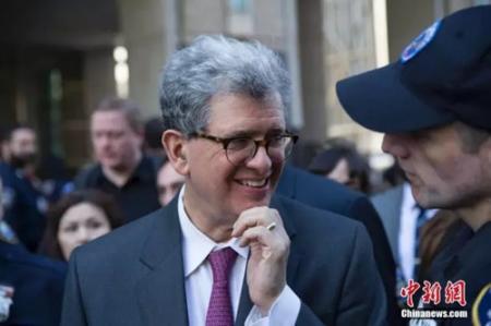 梁彼得律师谢克特曼走出法院露出笑容。