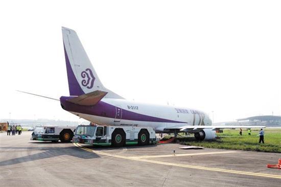 出事的货机为奥凯航空bk3024航班执飞的一架b737-300飞机.