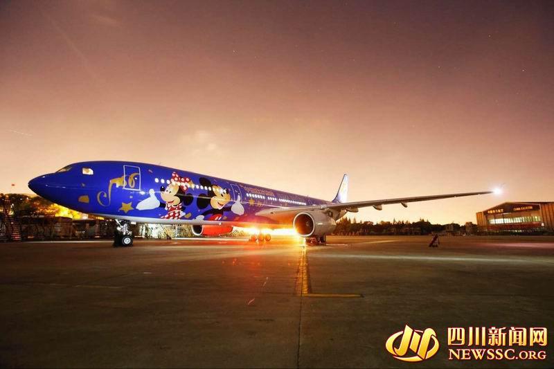 迪士尼主题飞机  迪士尼主题飞机  迪士尼主题飞机   四川新闻网成都4月27日讯(记者 戴璐岭)整体蓝色的机体,巨大的米奇脑袋,你见过这样可爱的迪士尼主题飞机吗?4月26日,中国东方航空公司首架迪士尼主题彩绘米老鼠飞机空客A320飞机开始执飞京沪航线。而第二架迪士尼主题飞机将在明日开飞成都-上海浦东和成都-杭州航线!这意味着,明天起成都飞上海杭州的旅客将有机会与超萌飞机亲密接触。   明天出行的旅客,快来看看你的航班是不是迪士尼航班吧!   迪士尼航班   4月28日   MU5407 浦东-成都