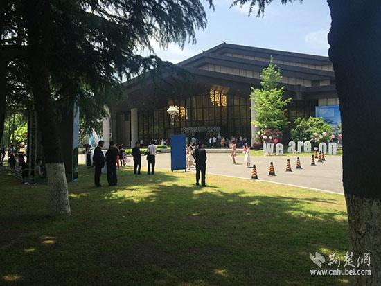 撒贝宁今日武汉东湖办婚礼系谣言 现场未发现其踪影 [有意思]