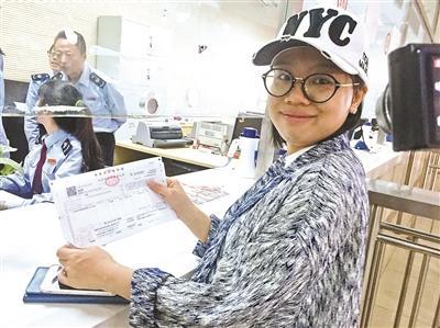 范女士昨日购房比营改增之前税负降低近9000元 摄影/本报记者 任笑元
