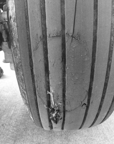 飞机轮胎受损。机翼处被异物刺穿。微博图片