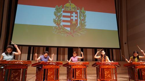 """中央音乐学院""""茉莉花""""扬琴重奏团演绎李斯特作品《匈牙利狂想曲第二号》(匈牙利《欧洲华通社》;李震/摄)"""