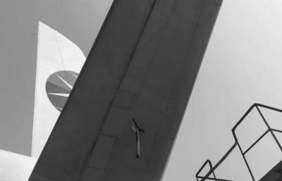 京华时报讯(记者卫张宁)前天上午,东航一架从成都飞康定的飞机由于机场天气情况恶劣,接地后复飞返航,幸无人员伤亡。根据相关部门披露,飞机落地后检查发现轮胎受损,水平安定面被异物击穿。