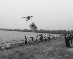 青岛栈桥游客孩子走丢 小伙用无人机10分钟找回
