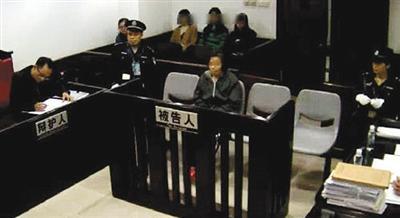 """客岁12月,广州市中院,""""毒保母""""何天带涉嫌成心杀人受审。材料图像"""