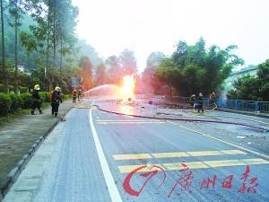 两货车相撞起火危化品泄漏 消防员6小时灭火
