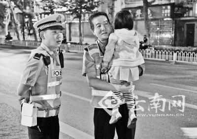 奶奶被公交撞死 3岁孙女受惊警察帮找家人(图)