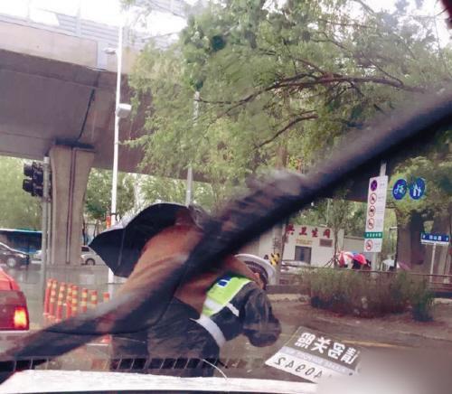 """交警背86岁老人蹚水过路获赞""""温暖哥""""(图)"""