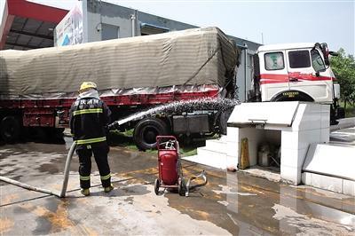 司机下车休息 大货车冲向加油站(图)