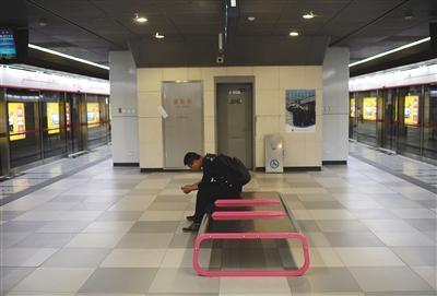 昨日,亦庄线次渠南站,一名男子在候车厅内等候地铁。