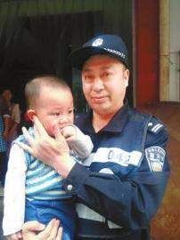 爷爷奶奶丢1岁多孙子 警察当半天临时奶爸(图)