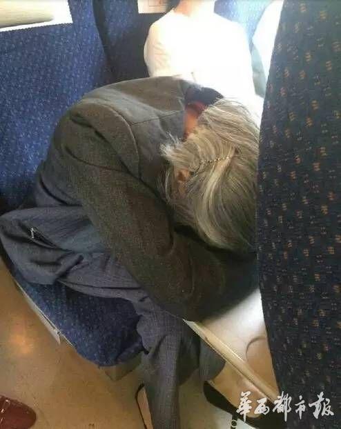 生病的老人趴在桌子上休息。