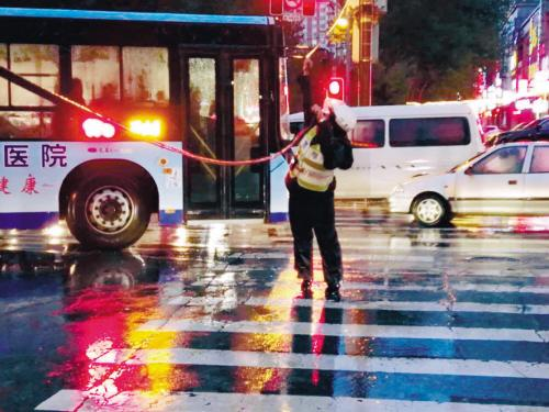 沈阳大雨中电缆拦路 交警托举近四个小时(图)