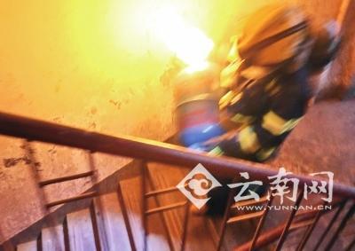 """""""抱火哥""""消防员抱着燃烧煤气罐一口气跑下5楼"""