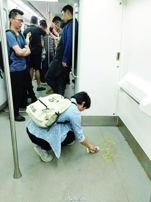 """女孩地铁内清理他人呕吐物 被赞""""最美地铁女乘客"""""""