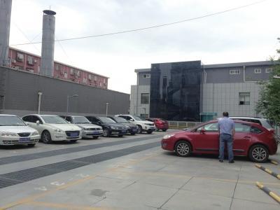昨天,北京市第三建筑工程有限公司停车场二层,白天停放着公司员工车辆,夜晚100个车位供居民停放私家车。京华时报记者贾婷摄