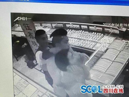 90后小伙抢劫金店 声称因女友怀孕需要钱(图)