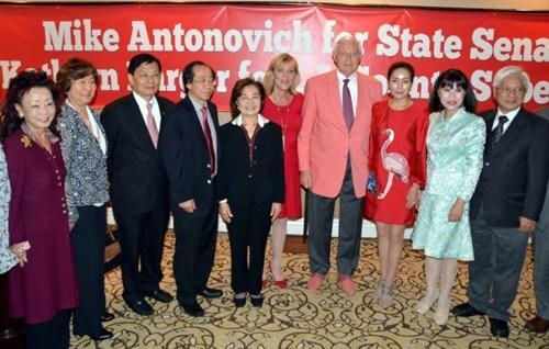 洛杉矶华人领袖支持安东诺维奇(右四)选加州参议员、巴杰(右五)选洛杉矶县政委员造势大会。(美国《世界日报》/丁曙