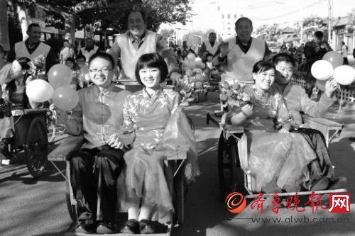 淄博周村举办民俗婚礼, 提倡节俭文明的婚俗方式。 图为新人们乘坐人力三轮车前往集合地。 (资料片)