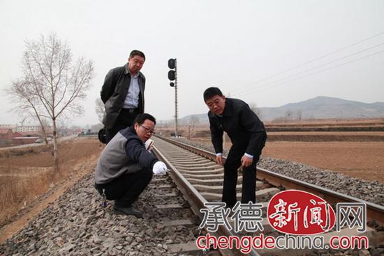 丈夫因感情纠纷将妻打晕放到铁轨上让火车轧死