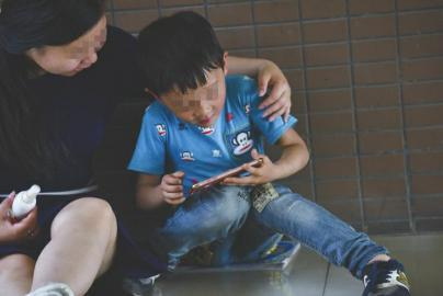 帮洋洋抹药疗伤后,邻居将自己的手机借给洋洋玩。
