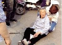 八旬老太摔倒路边 女子全程为其撑伞遮阳(图)