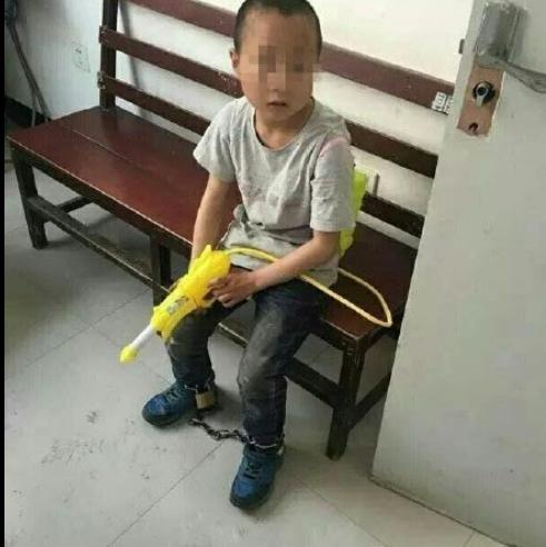 陕西岚皋9岁幼童脚上被家长拴铁链 警方介入调查