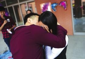 高校组织亲吻陌生人活动 女生反而占主动权(图)
