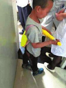 9岁男童常惹事曾因偷盗被抓_继母用铁链锁双脚(图)_大香蕉新闻乐点彩票大发不时彩